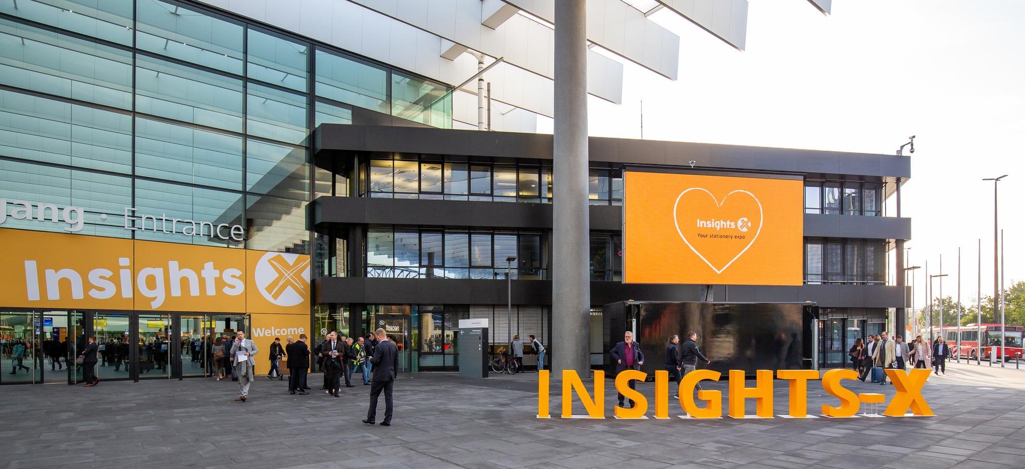 Die Insights-X 2019 in Nürnberg. Vor dem Eingang mit einem großen, gestellten Logo.