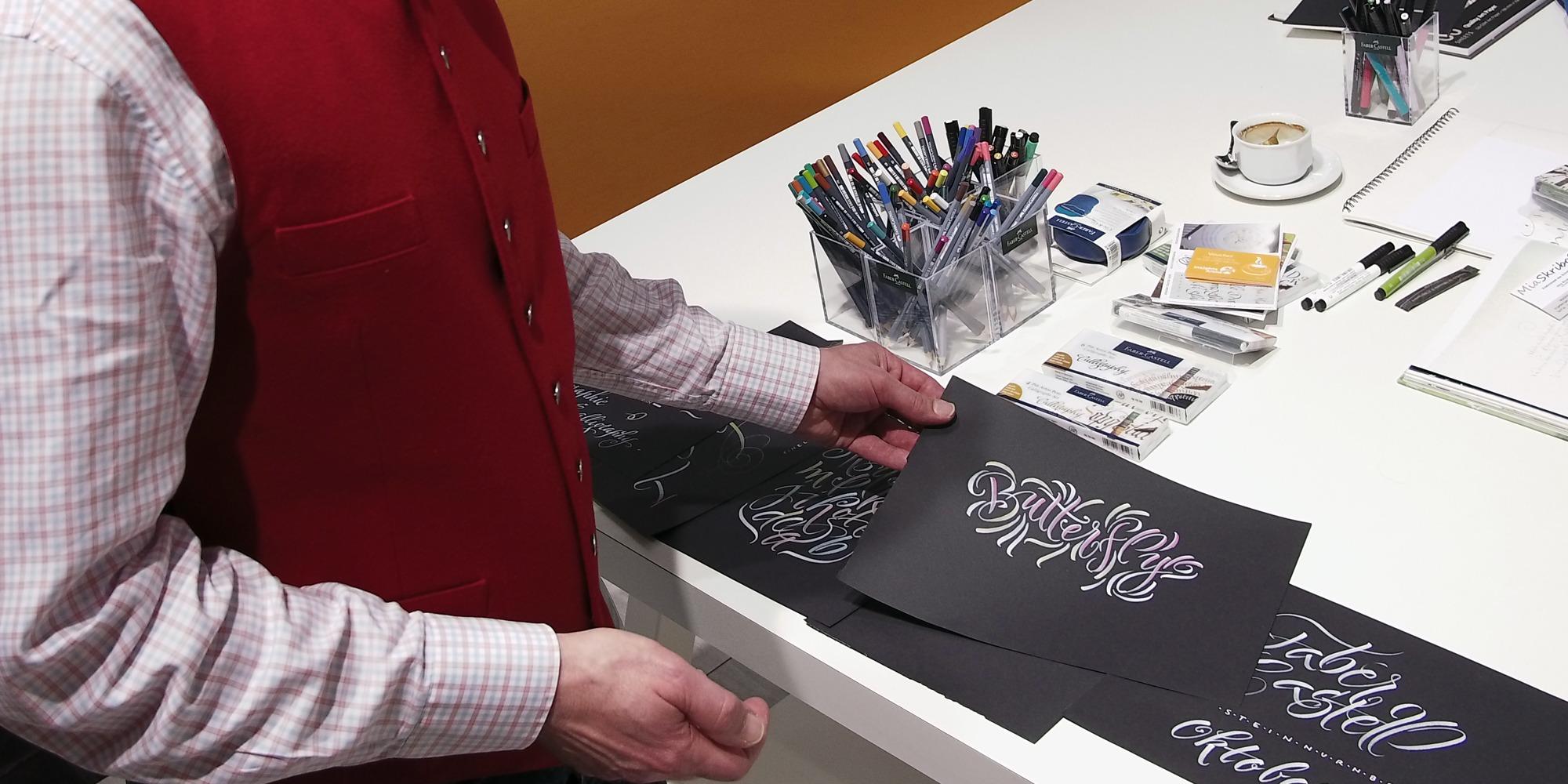 Der Kalligraf Joachim Propfe zeigt hier auf der Insigths-X 2018 in Nürnberg seine Werke